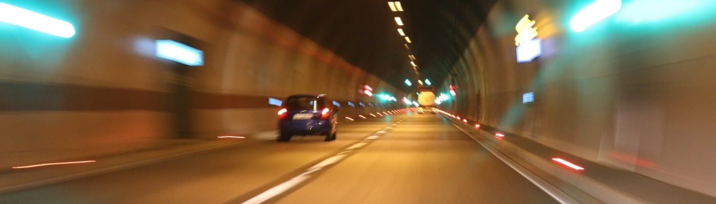tunnel met auto